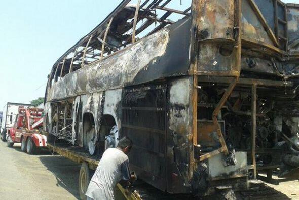 El autobús se calcinó al instante. Imagen tomada de Twitter.