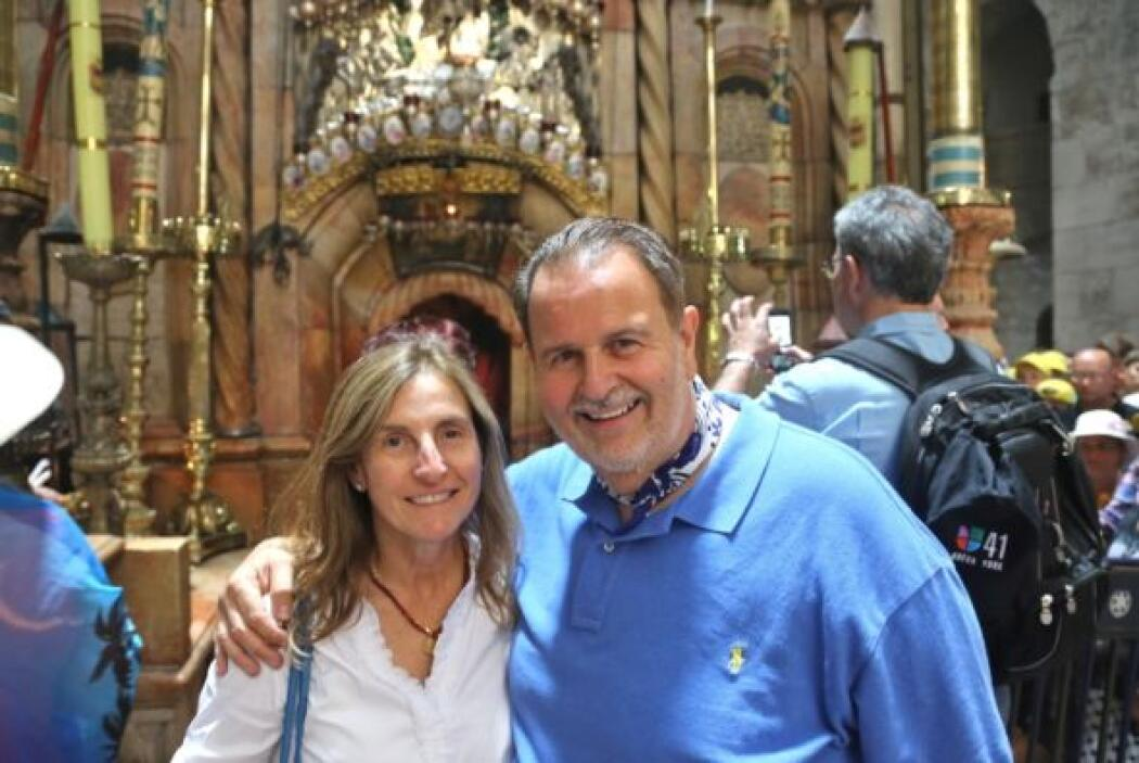 Mily y Raúl visitaron la Iglesia del Santo Sepulcro.