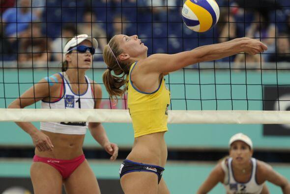 Al momento de darle al balón, la alemana Julia Sude.