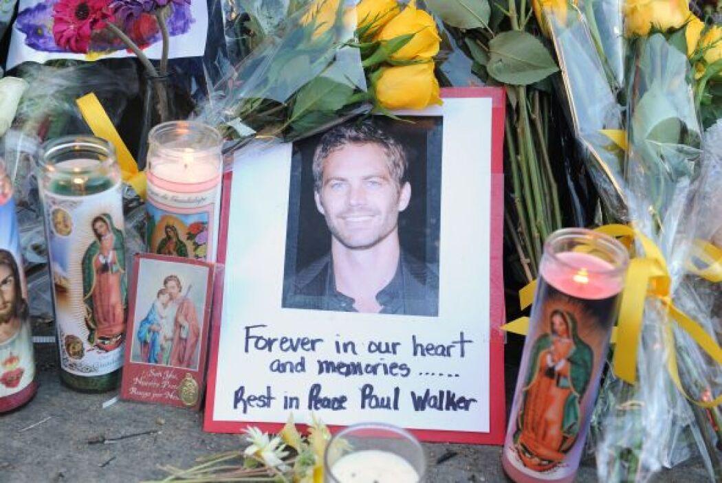 Mientras se realizan las autopsias, la gente comenzó a rendir tributo al...