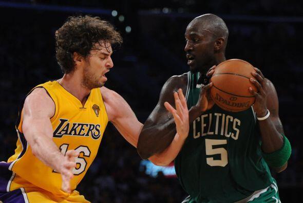 La revancha llegaría pronto y en la temporada 2009-2010, los Lakers derr...