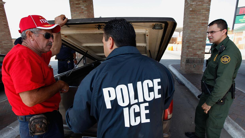 Un agente de ICE cuestiona a un hombre en Hidalgo, Texas.