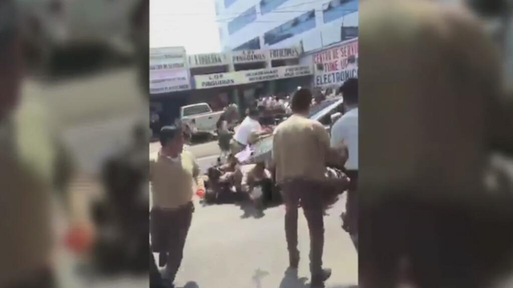 Conductor enfurecido embiste a un grupo de estudiantes que protestaban e...