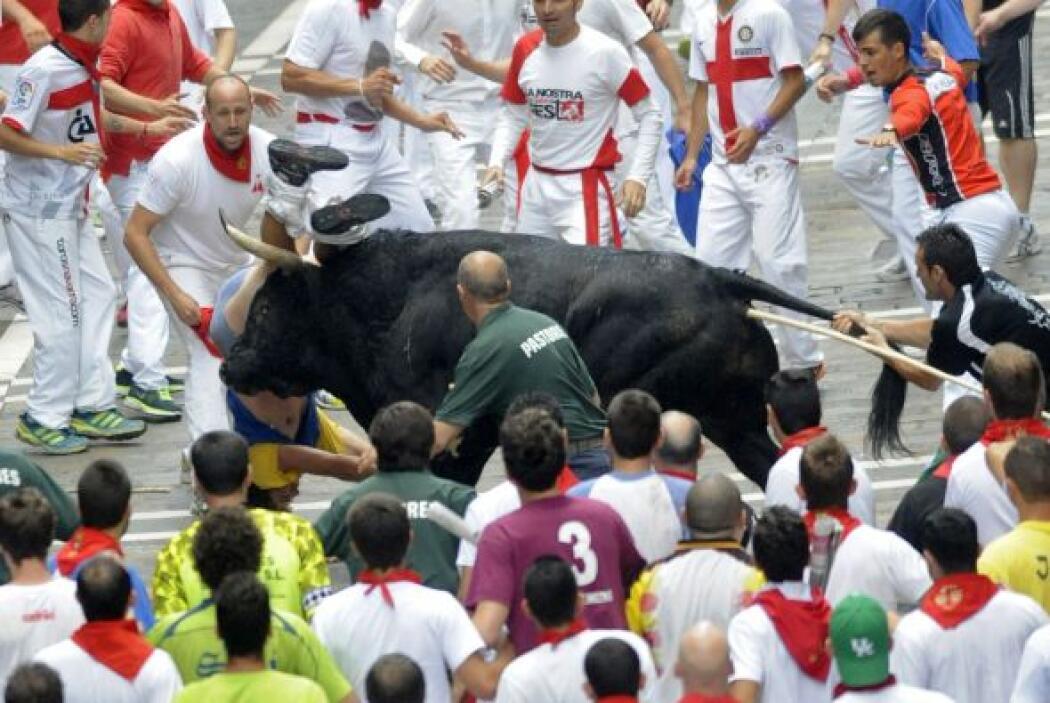 En el sexto encierro de San Fermín, en Pamplona, España, tres personas r...