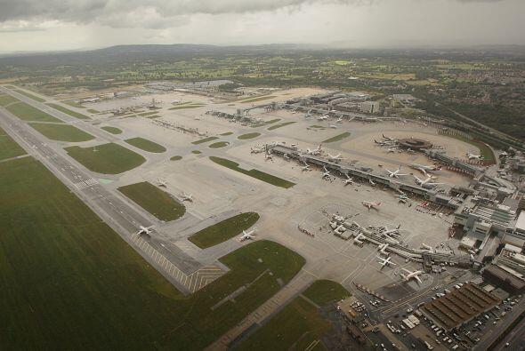 Heathrow ha pedido a los pasajeros que se pongan en contacto con sus aer...