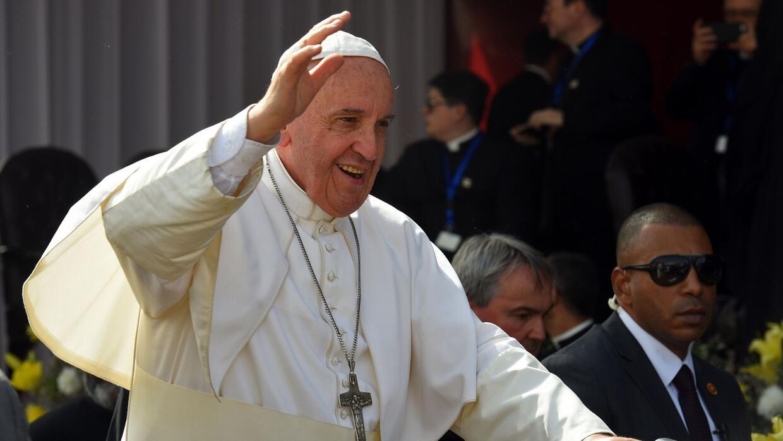 En un estadio militar, el Papa Francisco lidera una multitudinaria misa