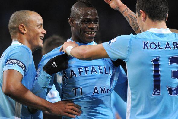En diversas ocasiones ha festejado goles mostrando un mensaje en una pla...