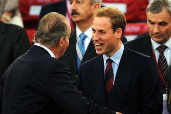 El príncipe William habla con el rey Juan Carlos durante un partido fina...