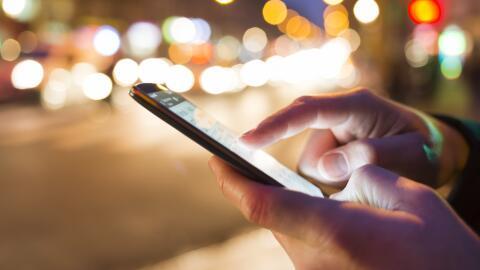 Individuo utilizando su teléfono inteligente (foto de archivo).