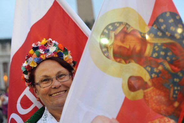 Con trajes típicos los peregrinos celebraron la santificación de Juan XX...
