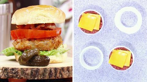 Estas hamburguesa dentro de un aro de cebolla es justo lo que necesitas...
