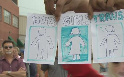 Polémica en el FWISD tras permitir que alumnos transgéneros usen baño qu...