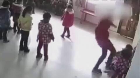 Maestra de guardería patea sin piedad a dos pequeñas en una clase de baile