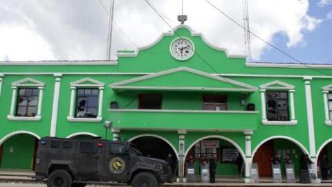 El Palacio Municipal de San Juan Chamula, Chiapas, vigilado tras el ases...