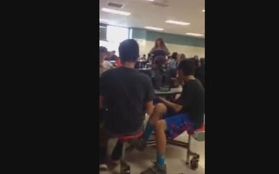 """Un grupo de estudiantes grita """"Construyan ese muro"""" durante un almuerzo..."""