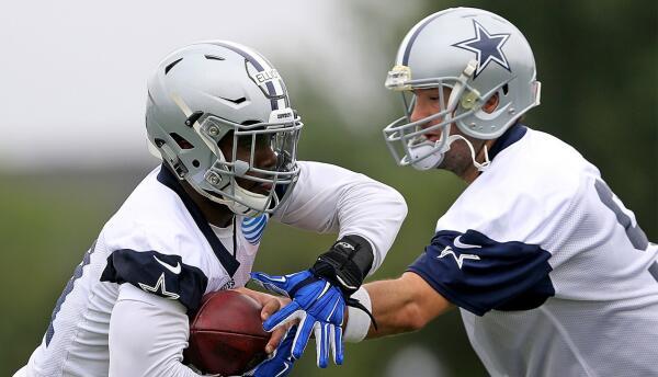 En las prácticas del equipo en Texas, Tony Romo y Ezekiel Elliott.
