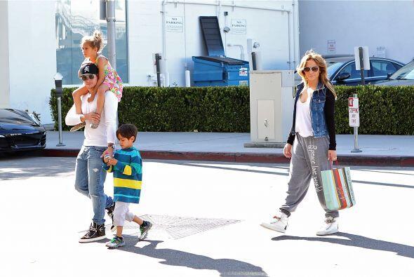 Ella cargaba las compras mientras Casper cuidaba de los nenes. Mira aquí...