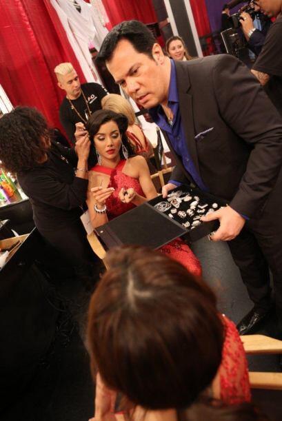 Charlie designa las piezas a cada chica según su vestido y estilo de cab...