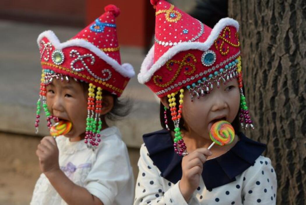 Dos niños turistas chinos disfrutan de un caramelo visita a la Plaza de...