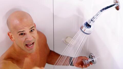 El Dr. Juan perdió la apuesta y se bañó en vivo al terminar su show