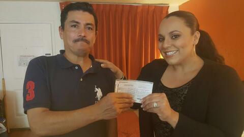 Un hispano sin casa ni trabajo devuelve un cheque perdido: a cambio reci...