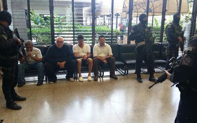 Max González, vestido de camisa negra, en espera de la audiencia...