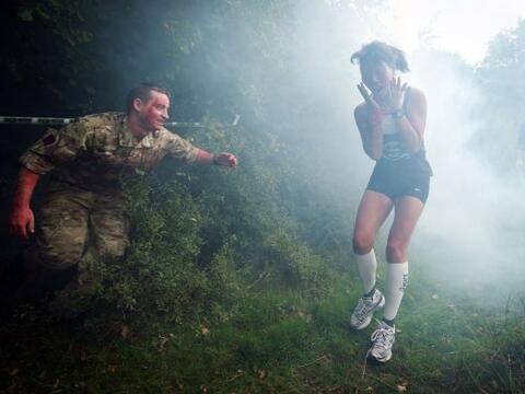 "Esta participante del ""Zombie EvacuationRace"" luce aterrada an..."