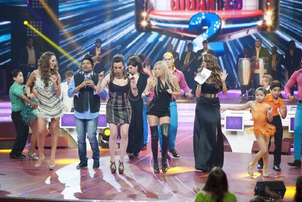 Todos se pararon al escenario para mover todo su cuerpo con el merengue.