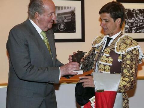 El rey Juan Carlos entrega una escultura al diestro Julián L&oacu...