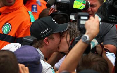 Mira el emotivo festejo entre Nico Rosberg y su esposa tras ganar la Fór...