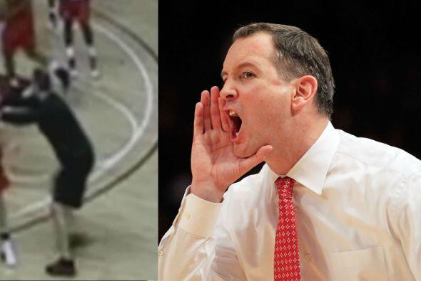 El entrenador del equipo de baloncesto de la Universidad de Rutgers,  Mi...