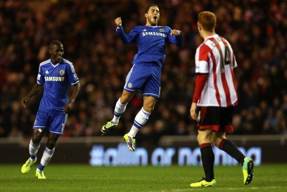 Otro talentoso mediocampista, el belga Eden Hazard, le daba vuelta al re...