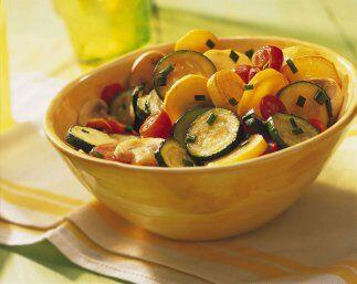 Verduras estilo asiático: Una colorida mezcla de sabrosas verduras es el...