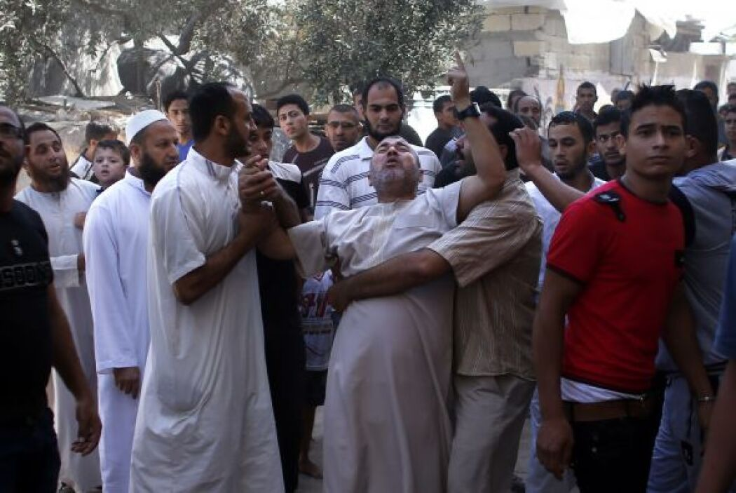 Un palestino reacciona luego de que su casa fue alcanzada por un ataque...