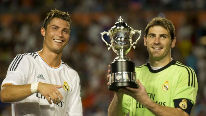 Cristiano Ronaldo y Casillas con el trofeo de la Copa Internacional de C...