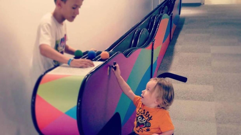 Madre busca a niño que jugaba con su hijo discapacitado