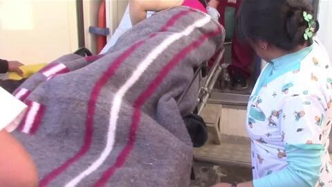En video, la torpeza de unos camilleros que dejaron caer a una embarazad...