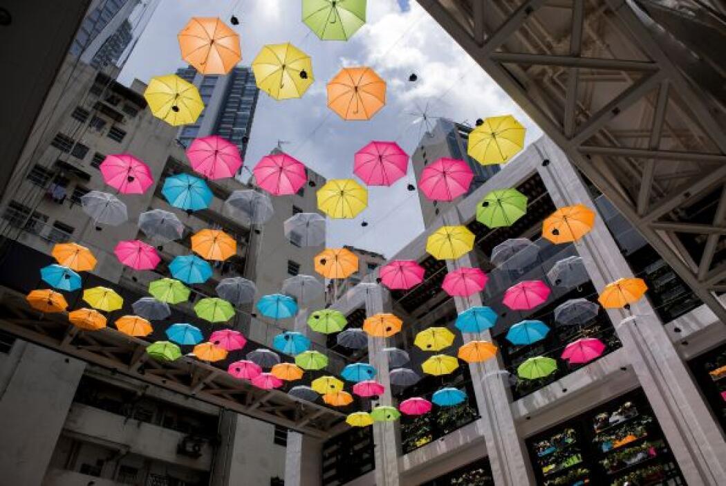 Paraguas suspendidos en el centro de artes Comic Home de Hong Kong.