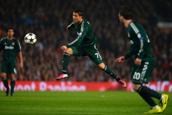 Cristiano Ronaldo intentó un par de veces desde media distancia.