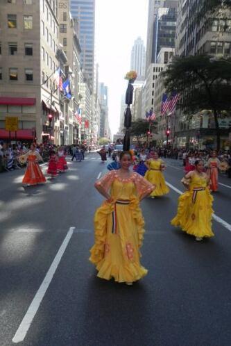 Familias hispanas desfilan por la 5ta Avenida 03d43e2481734c24809f96fcc8...