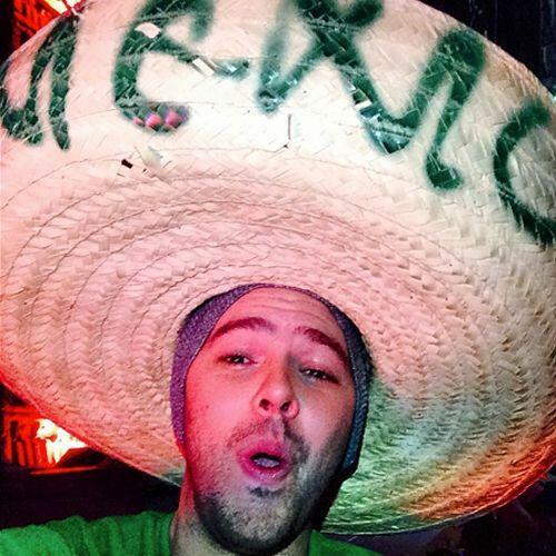 Jesse, (de Jesse & Joy) muy animado celebra con su gran sombrero.Todo so...