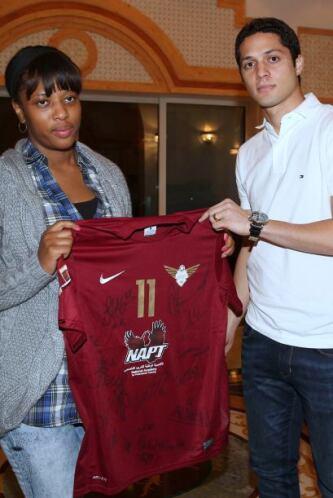 Antes de salir, Liseth recibió la camisa de Cristian  Benítez de manos d...