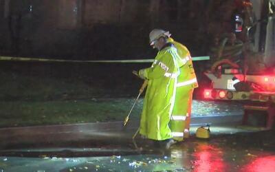 Residentes de Van Nuys están sin servicio de agua e inundados tras ruptu...