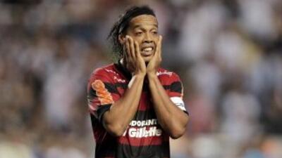 Ronaldinho no puede creer lo que le está pasando.