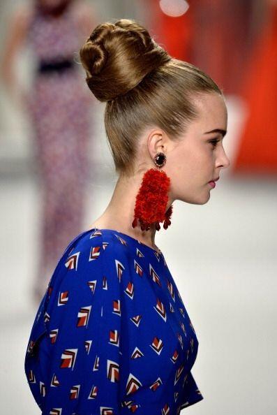 Carolina Herrera usó pendientes 'borla' para complementar sus hermosos d...