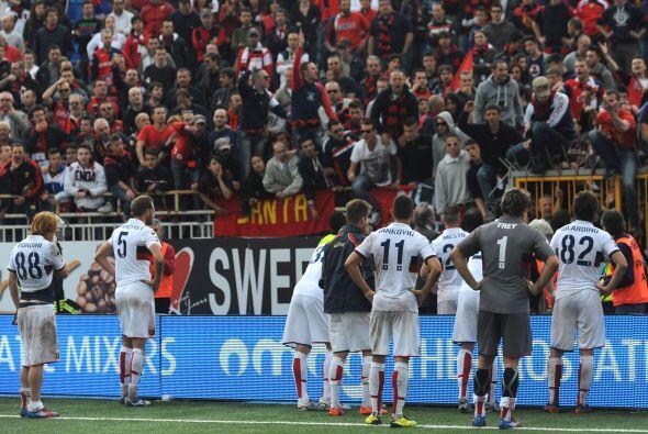 Los futbolista del Génova permanecieron varios minutos en el campo sin p...