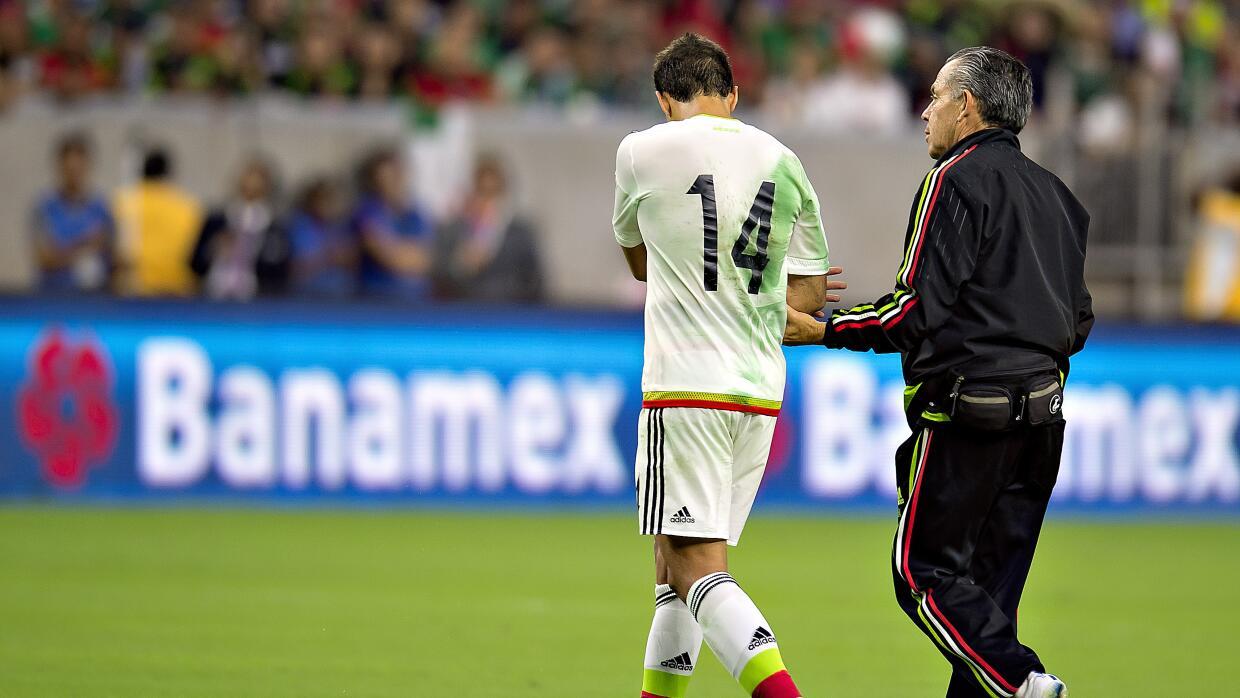 'Chicharito' salió por una lesión en la clavícula.