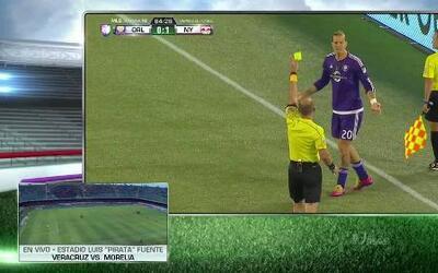 Tarjeta amarilla. El árbitro amonesta a Brek Shea de Orlando City SC