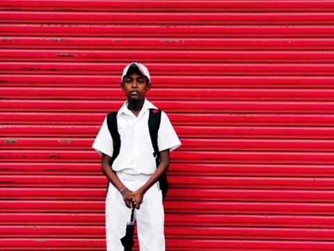 Un estudiante de Sri Lanka espera en una estación de autob&uacute...