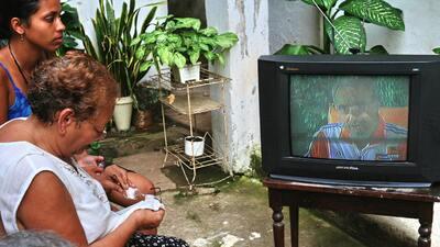 Cuba - Cubanos viendo televisión